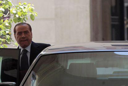 El primer ministro italiano, Silvio Berlusconi, abandona su residencia del palacio Grazioli para entrevistarse con su responsable de Economía, Giulio Tremonti.