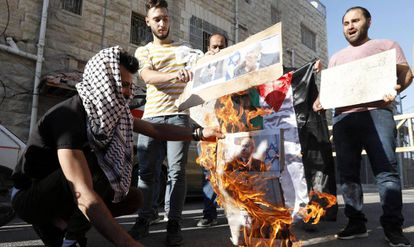 Manifestantes palestinos queman retratos de Netanyahu, el miércoles en Hebrón.