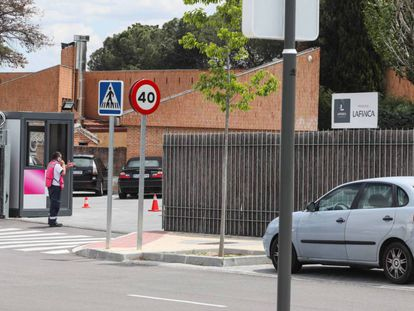 Entrada de la urbanización La Finca, en Pozuelo (Madrid).
