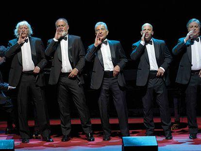 Tato Turano (al piano), Carlos López Puccio, Martín O'Connor, Jorge Maronna, Tomás Mayer-Wolf y Roberto Antier, representando la zarzuela 'Las majas del bergantín'