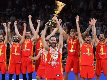 Rudy Fernández levanta el trofeo de Campeón del Mundo. En vídeo, declaraciones de Rudy Fernández, Marc Gasol y Pierre Oriola tras el partido.