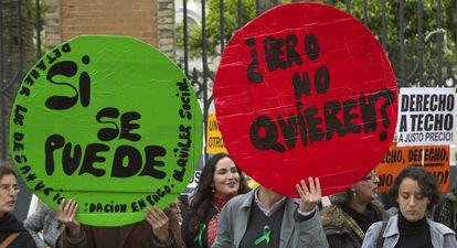 Miembros de la PAH protestan frente a la sede del PP de Andalucía.