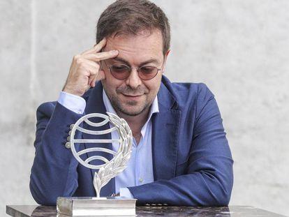 El escritor Javier Sierra contempla la estatuilla del premio Planeta.