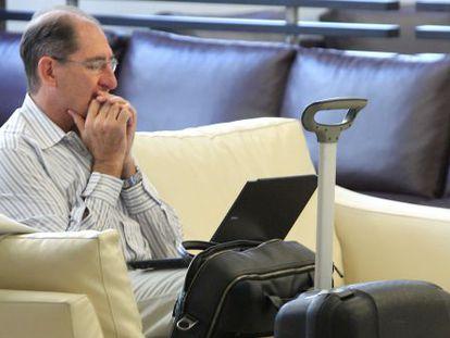 El abogado Brian Currin consulta su portátil hoy en un hotel de Bilbao.