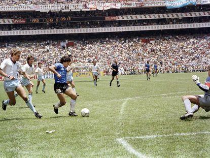 Diego Armando Maradona, tras regatear al defensa inglés Terry Butcher encara al portero Peter Shilton en los cuartos de final del Mundial de México, en junio de 1986.