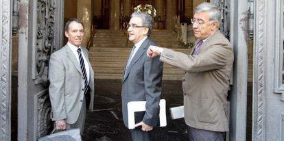 El rector de la Universidad Autónoma de Madrid y otros miembros de la Conferencia de Rectores de Universidades Españolas, a su entrada hoy en el Ministerio.