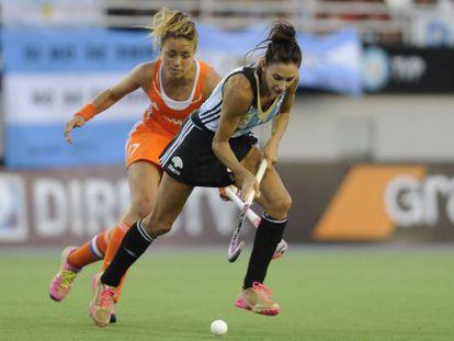 Luciana Aymar conduce la pelota ante la holandesa Maartje Paumen