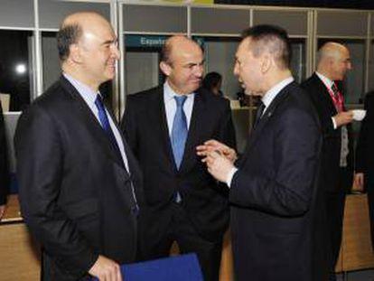 El ministro español de Economía, Luis de Guindos (c), conversa con los ministros de Finanzas francés, Pierre Moscovici (izq), y griego, Yannis Stournaras (dcha), durante su participación en una reunión informal de ministros de Economía y Finanzas de la Unión Europea en Dublín (Irlanda) hoy, viernes 12 de abril de 2013.