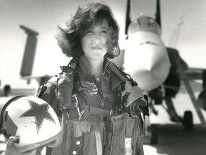Con nervios de acero, la piloto Tammie Jo Shults procedió a un aterrizaje de emergencia en Filadelfia que le valió el aplauso de los pasajeros