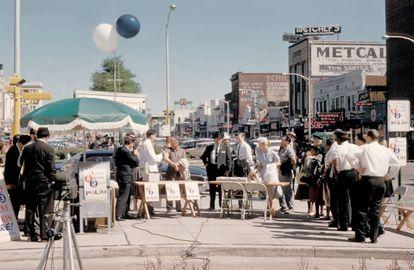 Vecinos de Columbus, Georgia (EE. UU.), esperando a ser vacunados contra la poliomielitis durante los primeros días del Programa Nacional de Inmunización contra la Poliomielitis, en 1961.