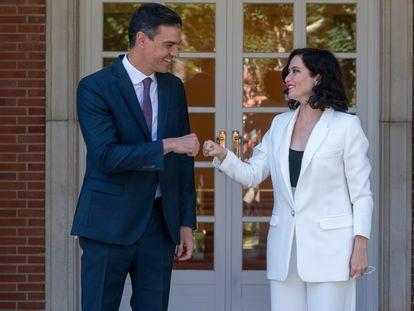 El presidente del Gobierno, Pedro Sánchez, saluda a la presidenta de la Comunidad de Madrid, Isabel Díaz Ayuso, este viernes en el palacio de La Moncloa en Madrid.