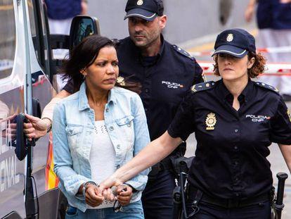 Ana Julia Quezada, a su llegada este miércoles a la Audiencia Provincial de Almeria. En vídeo, declaraciones del abogado que ejerce la acusación particular.
