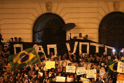 Manifestantes protestan este lunes 24 de junio de 2013 en Río de Janeiro.