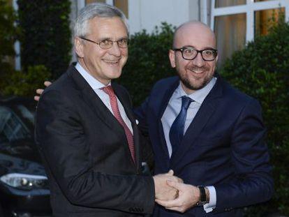 Kris Peeters (izq.) y Charles Michel tras pactar el Gobierno belga.