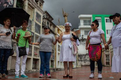Varias de las madres de los falsos positivos de Soacha en el cementerio de Ocaña durante una conmemoración en 2018.