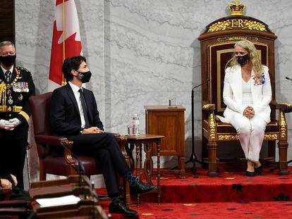 La representante de la corona británica en Canadá, Julie Payette, habla con el primer ministro, Justin Trudeau, en el Senado en Ottawa, Ontario, el 23 de septiembre de 2020.