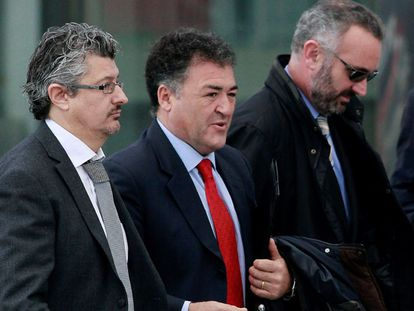 """El exdirector general de Deportes y ex regatista olímpico, José Luis """"Pepote"""" Ballester, con corbata roja, este martes"""
