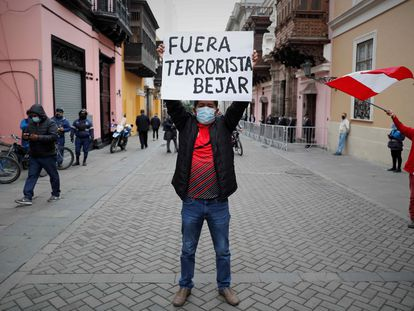 Un grupo de personas protesta en contra del canciller peruano, Héctor Bejar, en los exteriores del palacio de Torre Tagle, sede de la Cancillería, este martes en Lima.