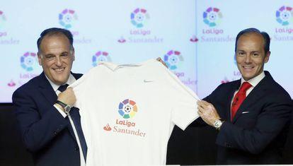 Javier Tebas (i), y el director de Banco Santander España, Rami Aboukhair (d),presentan el acuerdo.