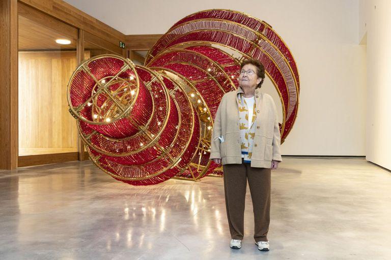 Helga de Alvear, ante 'La luz descendente', obra de Ai Weiwei expuesta en su museo.