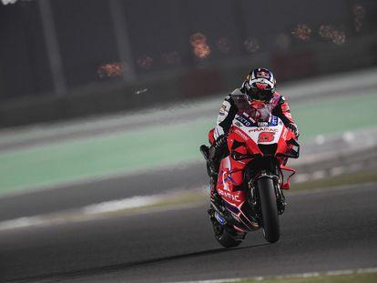 Johann Zarco trata de controlar su moto en el circuito de Losail.