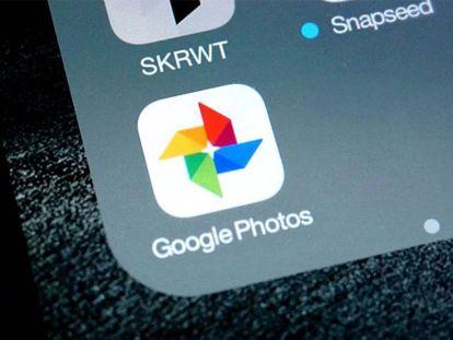 Icono de Google Fotos en un teléfono móvil.