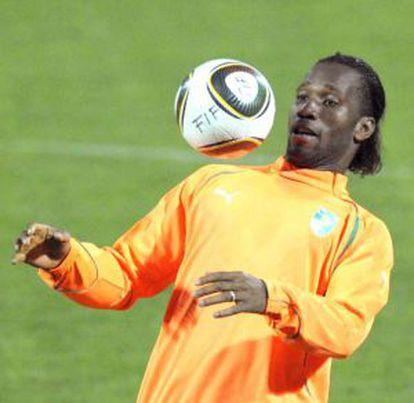 Drogba controla el balón durante un entrenamiento con Costa de Marfil