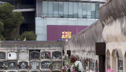El cementerio de Les Corts y, al fondo, el Camp Nou.