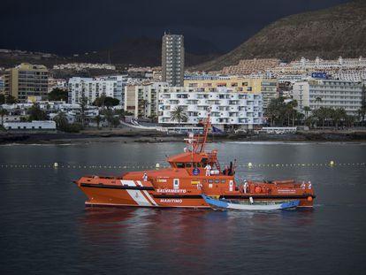 Llegada del buque de Salvamento Marítimo 'Guardamar Talía' al muelle de Los Cristianos, en el sur de Tenerife, remolcando al cayuco con los 24 cadáveres de inmigrantes que fue hallado el pasado lunes a 490 kilómetros de la isla de El Hierro.