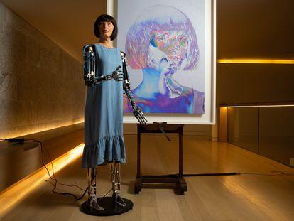 La artista robot Ai-Da en la apertura de su exposición en el Design Museum de Londres, el pasado 18 de mayo.