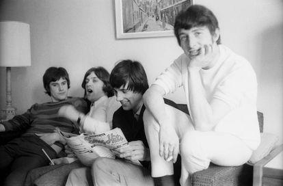 Ray Davies, Dave Davies, Mick Avory y Peter Quaife, componentes de The Kinks, descansando en un hotel de Nueva York en 1965.