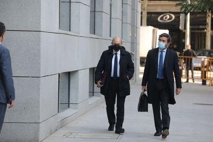 El exministro Jorge Fernández Díaz, a la izquierda, llega a la Audiencia Nacional junto a su abogado, el pasado 30 de octubre.