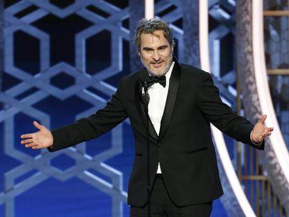 Joaquin Phoenix, ganador del Globo de Oro a mejor actor en una película dramática, recoge su premio.