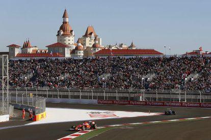 Una vista del circuito de Sochi ayer, con Fernando Alonso en primer término.