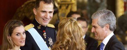 Los reyes Felipe y Letizia saludan a Adolfo Suárez Illana y su mujer en el besamanos de la recepción oficial en el palacio Real de Madrid.