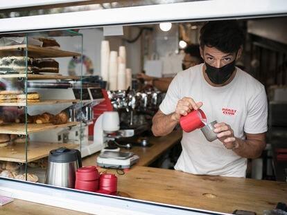 Iker Zago, el dueño del Roast Club Café, en el Eixample barcelonés.