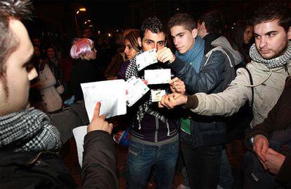 Un grupo de decepcionados fans de Lady Gaga muestran las entradas que compraron por Internet y que han resultado ser falsas.
