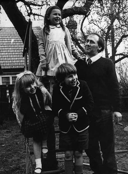 J. G. Ballard, en Shepperton con sus hijos Bea, Fay y Jim en 1965.
