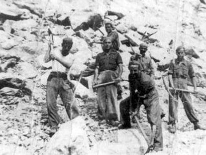 Presos trabajando en el Valle de los Caídos, en la provincia de Madrid, tras el fin de la guerra.