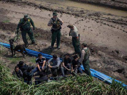 Agentes fronterizos detienen a inmigrantes cerca de McAllen, Texas, el pasado 27 de marzo