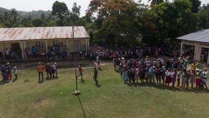 Las filas durante la entrega de alimentos a la escuela rural de montaña.