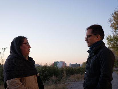 Yásnaya Aguilar y Gael García Bernal, en un fotograma de 'El tema', en Chihuahua.