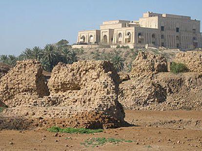 Las recién excavadas ruinas del Palacio del Norte junto a la suntuosa residencia de Sadam Husein en la zona.