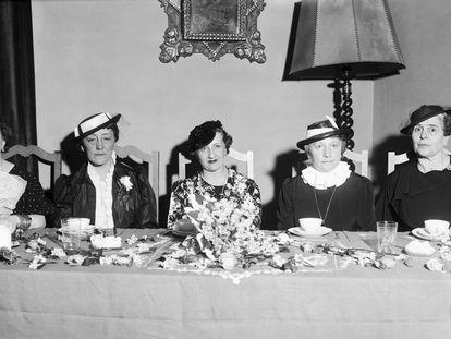Té en honor de Dolores Rivas Cherif, esposa del presidente de la República, Manuel Azaña, ofrecido en el Lyceum Femenino por sus asociadas en Madrid en 1936.