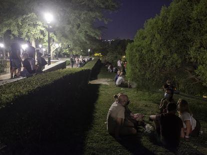 Grupos de gente reunidos en el parque de las Vistillas en septiembre del año pasado.