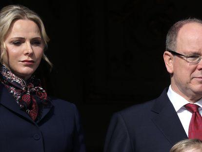 Alberto de Mónaco y su esposa, Charlene, en un balcón del palacio del principado, el 27 de enero de 2020.