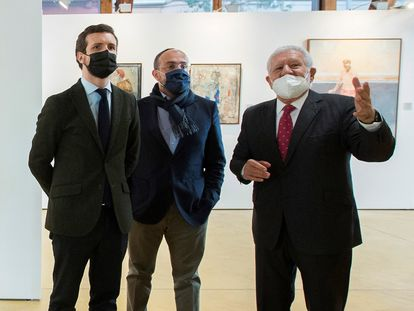 El presidente del PP, Pablo Casado (izquierda) y el candidato del PP a la Generalitat de Catalunya, Alejandro Fernández (en el centro), durante su visita este martes a la Nau Gaudí de Mataró (Barcelona).-EFE/ David Mudarra