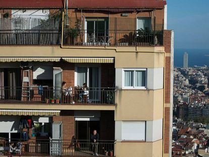 Varias personas en los balcones de un edificio de Barcelona, durante el confinamiento de abril de 2020.