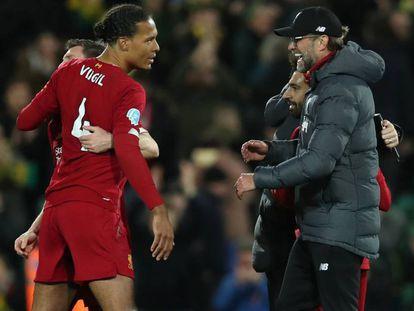 Klopp felicita a Van Dijk y Salah tras la última victoria del Liverpool.