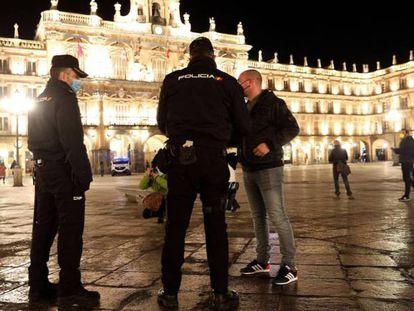 Policías nacionales vigilan el cumplimento de la normativa durante la pandemia en Salamanca en una imagen de archivo.
